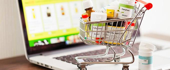 Winkelwagentje met medicijnen voor laptop
