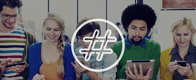 Hashtag met mensen die op apparaten zitten
