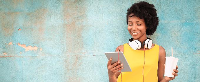Vrouw met tablet en koptelefoon